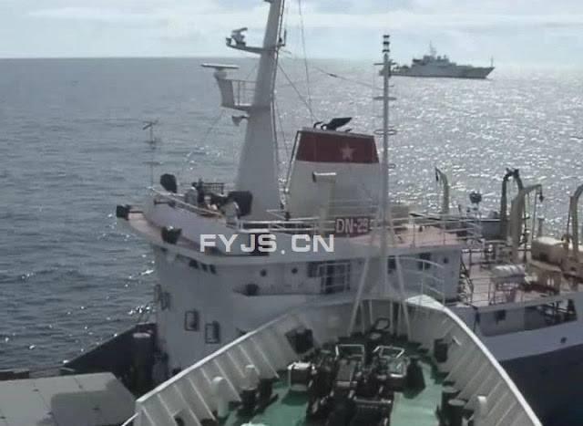 Tàu ta (Đông Nam 29, Quân chủng Hải quân) chắn trước mũi, không cho tàu Khựa xâm phạm sâu vào lãnh hải