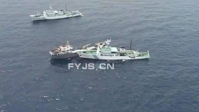 Tàu ta (nâu sẫm) tuy 1 nhưng dũng cảm chọi với 2 thằng tàu Khựa (màu trắng)